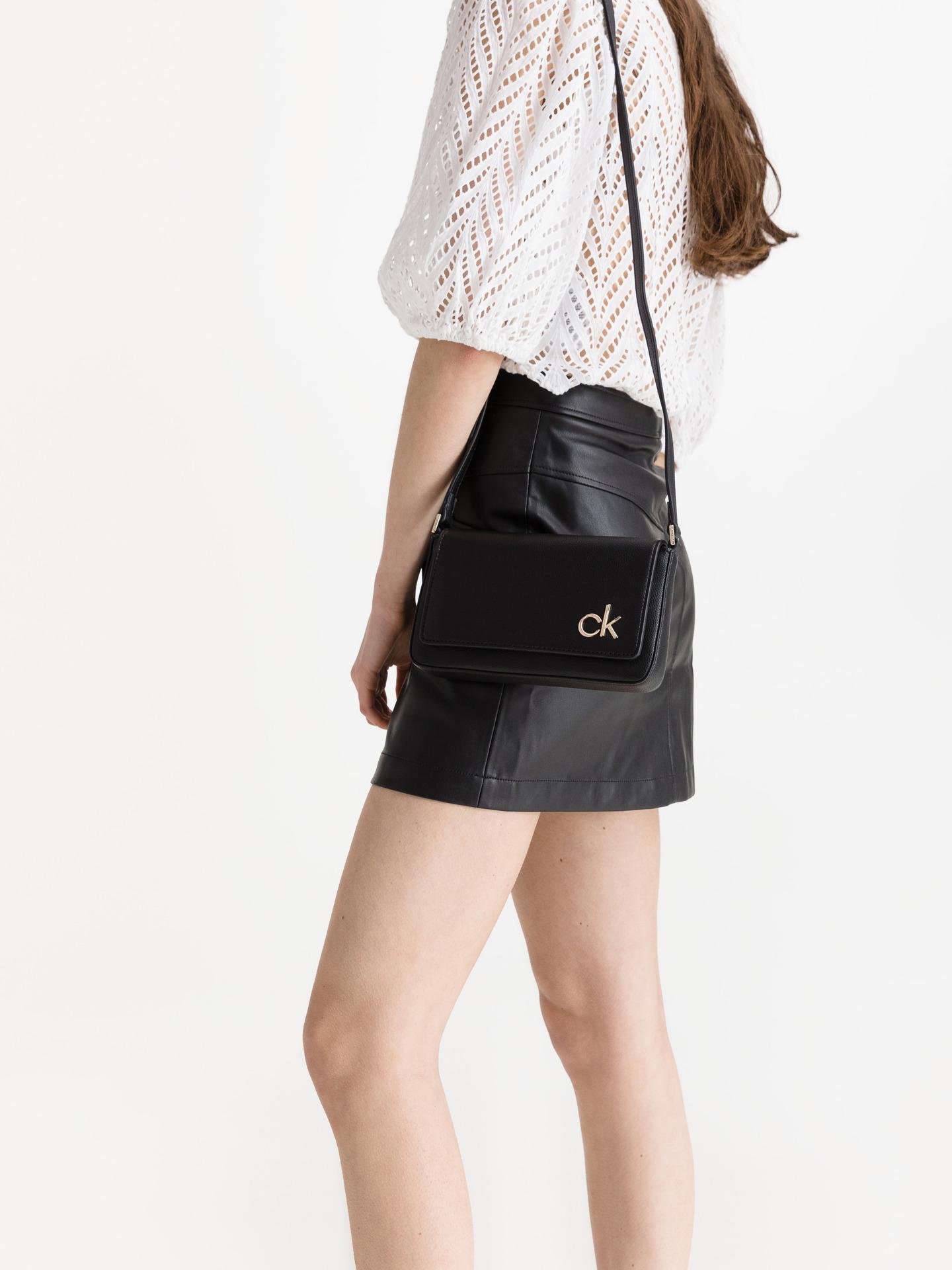 Calvin Klein черна crossbody дамска чанта Ew Flap