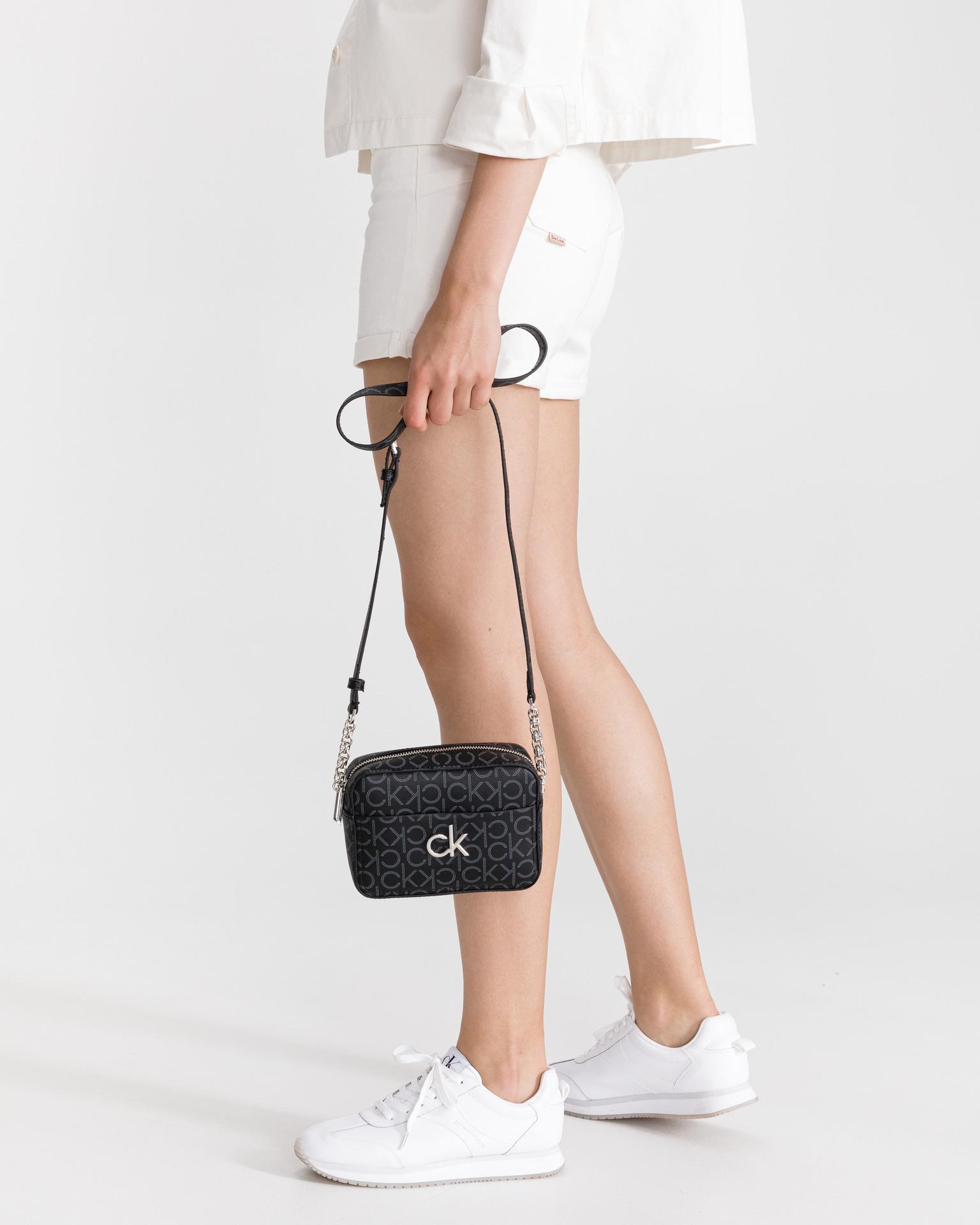 Calvin Klein черна crossbody чанта Camera Monogram