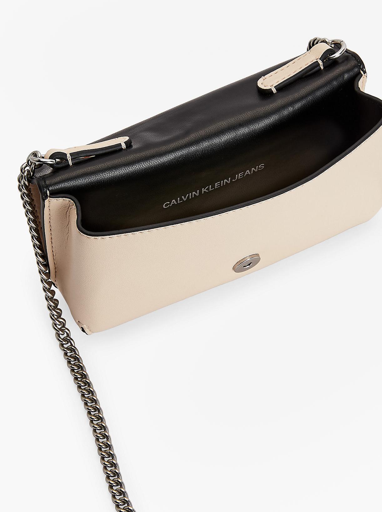 Calvin Klein сметанова / кремова crossbody дамска чанта